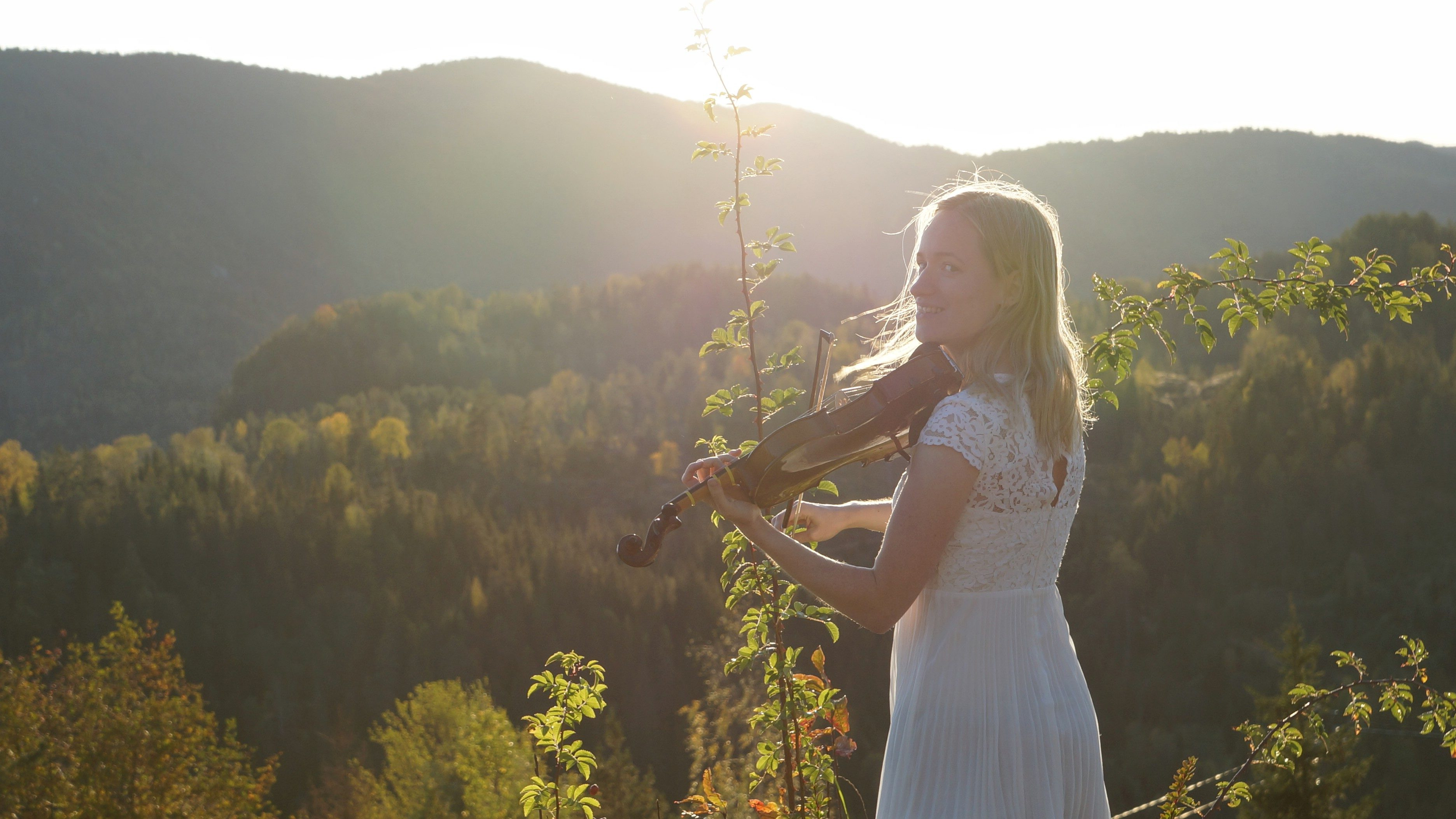 violin girl in nature – learn the violin on your own by yourself