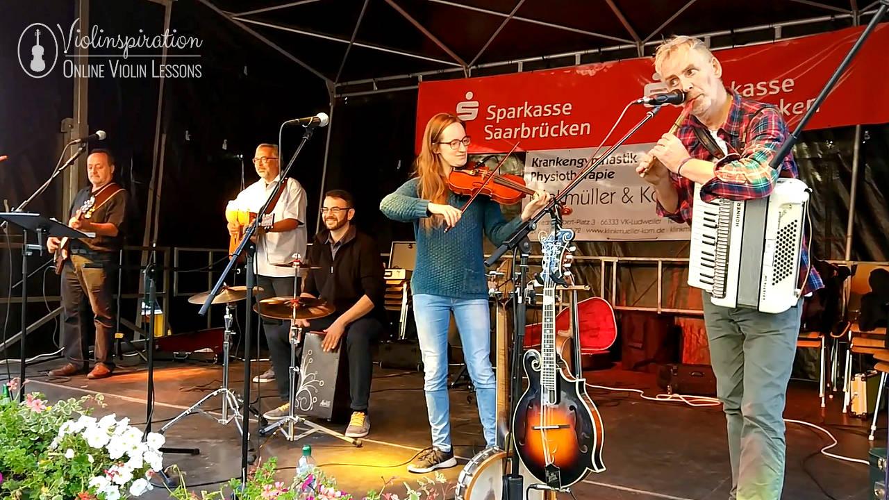 Differences between a violin and a guitar - irish folk concert